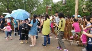 Big queues haunt Shanghai Disney